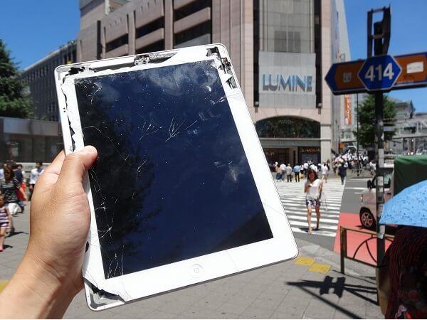 画面が割れたiPad at 新宿
