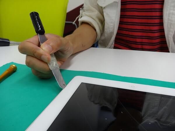 iPadのフロントガラスを外す様子