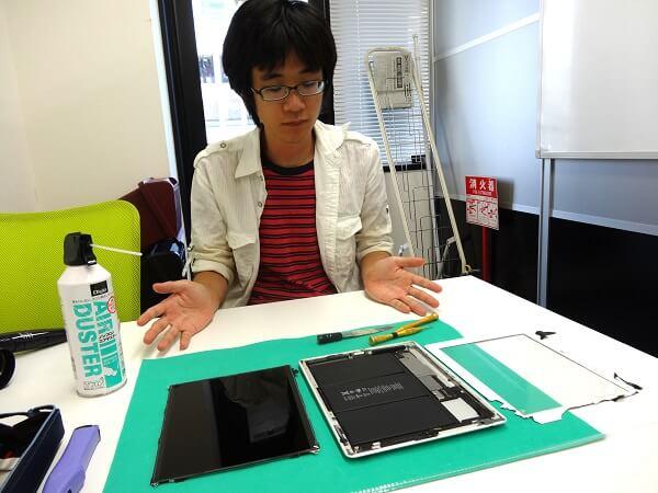 iPadを修理中の加藤さん