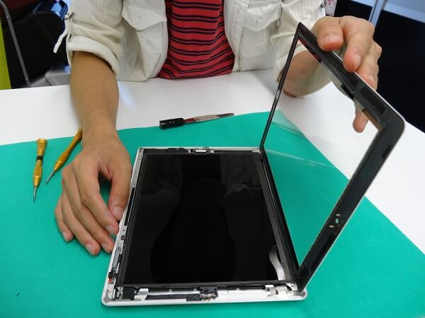 新しい画面をiPadに取り付ける様子1