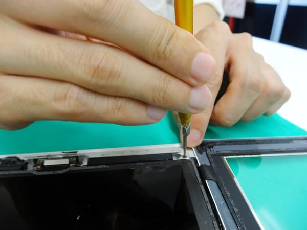 新しい画面をiPadに取り付ける様子2