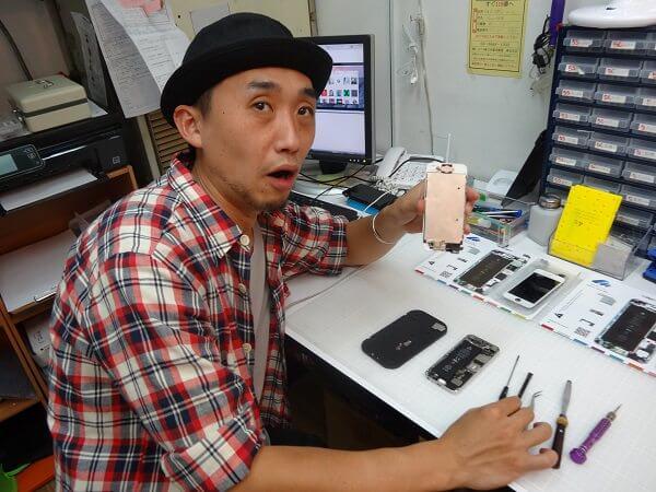 iPhone5を修理する筆者