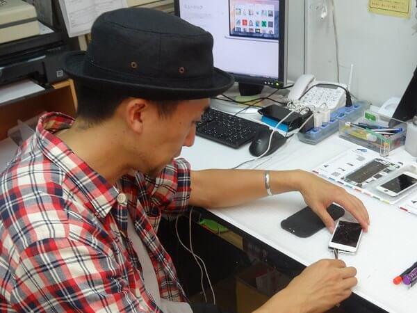 iPhone5の本体とディスプレイパネルの隙間にヘラを差し込む