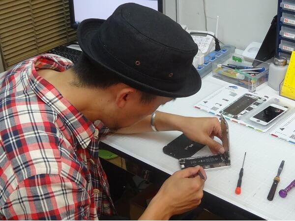 ディスプレイパネルが開いたiPhone5