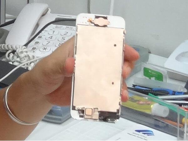 取り外されたiPhone5のディスプレイパネル