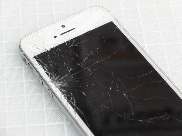 カラスパネルが割れたiPhone5のアップ